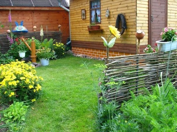 Как да направите ограда от клонки и клони?