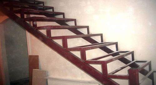 Обвиване на метални стълби с дървена облицовка върху ръцете си върху видео